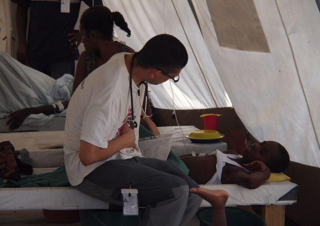Un médico durante el brote del cólera en Haití