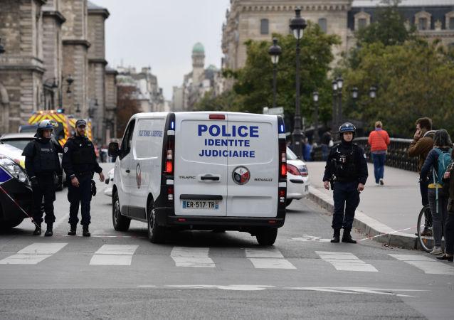 Policía de Francia en el lugar del ataque en París