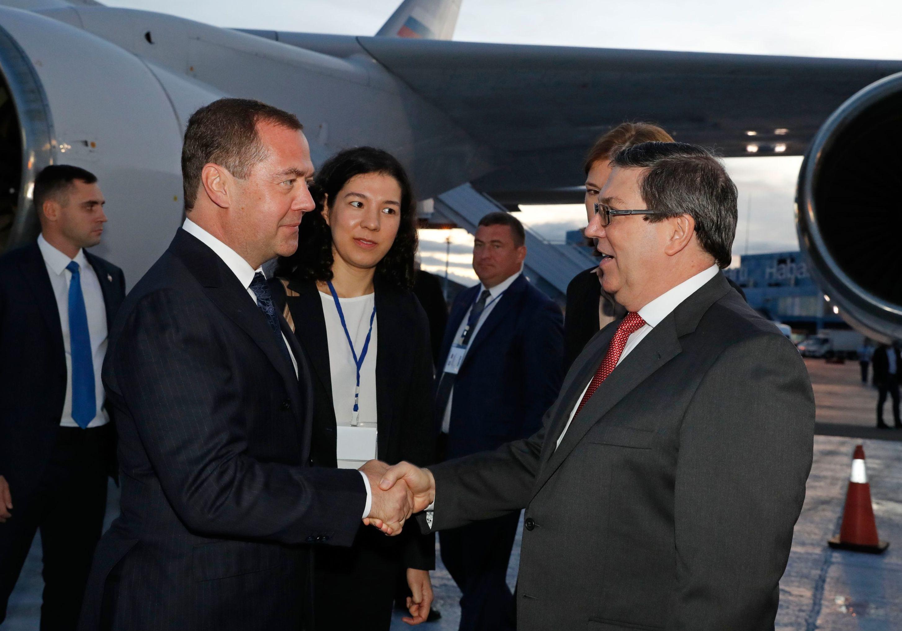 El canciller cubano, Bruno Rodríguez Parrilla, saluda al primer ministro ruso, Dmitri Medvédev