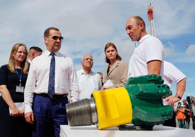 El primer ministro ruso, Dmitri Medvédev, en la perforación de un pozo horizontal en Cuba
