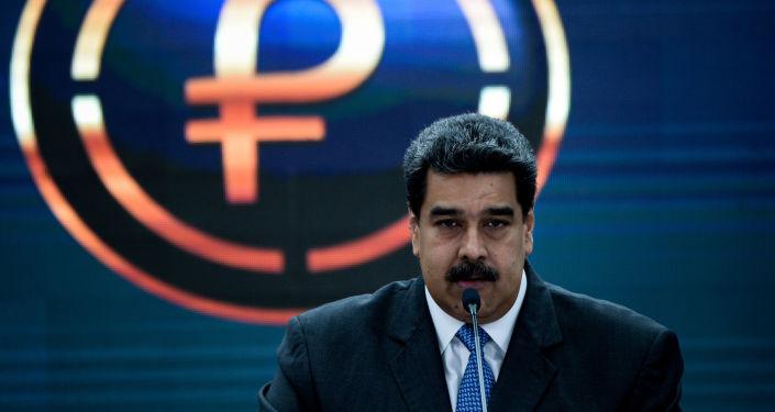 Nicolás Maduro, presidente de Venezuela, y el logo del petro, criptomoneda venezolana