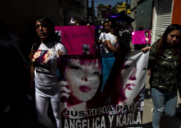 Familia de Angélica y Karla, madre e hija asesinadas en la colonia Jardines de Morelos, durante la caravana contra los feminicidios en Ecatepec, Estado de México