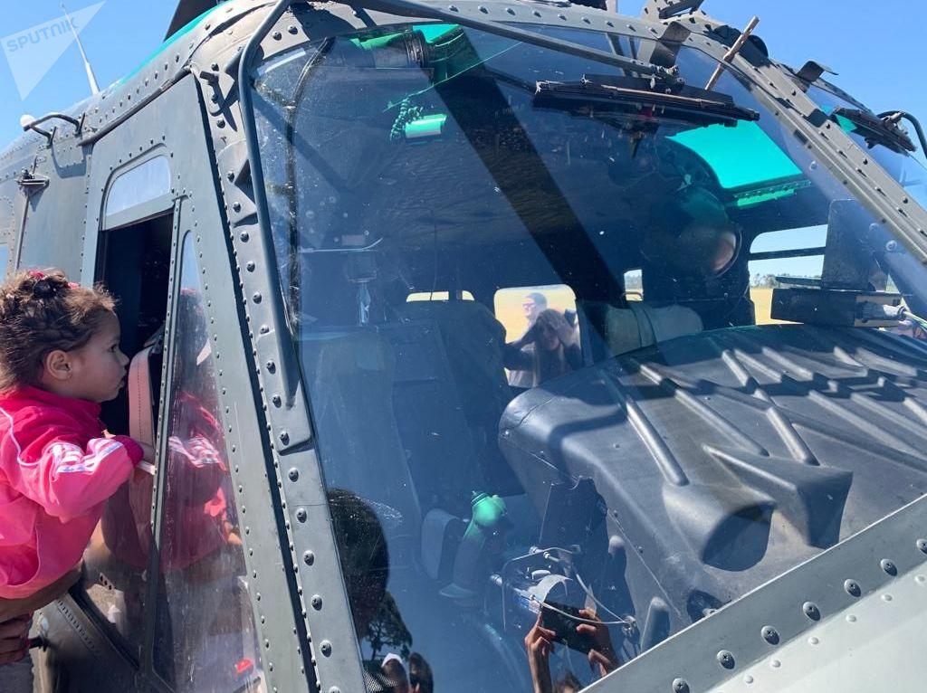 Una niña mirando el Bell UH 1 H Huey por dentro