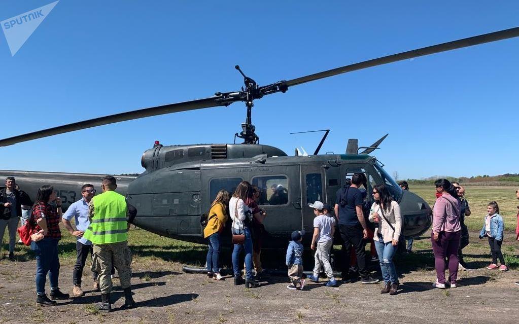 Aficionados de las aeronaves mirando el Bell UH 1 H Huey por dentro