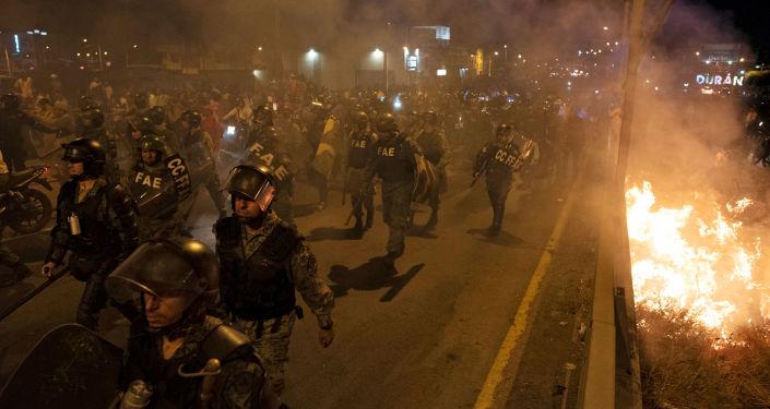 Los policías en las protestas en Hong Kong