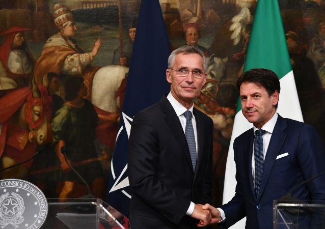 Jens Stoltenberg, el secretario general de la OTAN (izquierda) y Giuseppe Conte, el jefe del Ejecutivo italiano