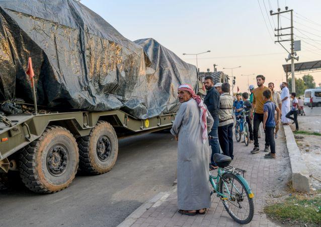 Los civiles cerca de un convoy de blindados turcos