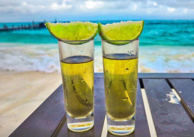 2 'shots' de tequila en la playa