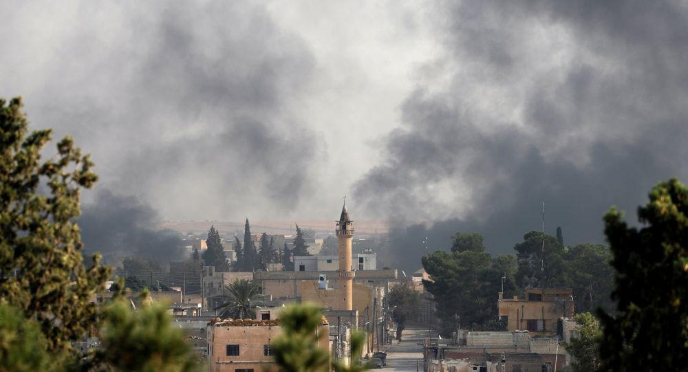 El humos sobre la ciudad turca de Akcakale