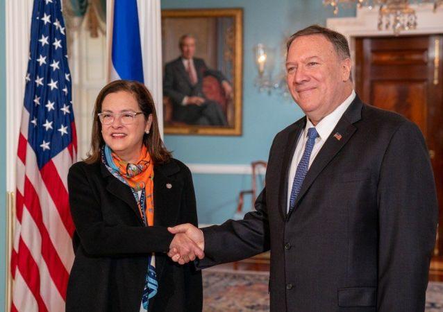 La canciller de El Salvador Alexandra Hill con el Secretario de Estado de EEUU, Mike Pompeo