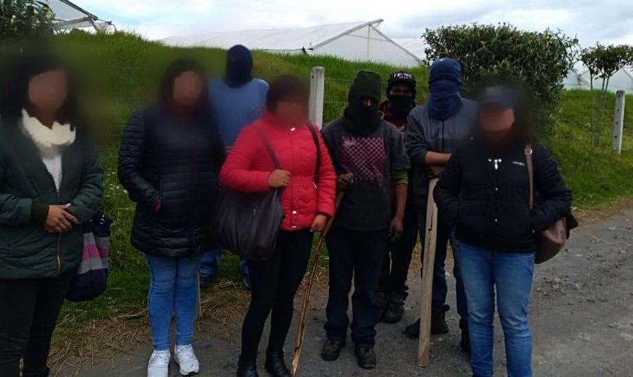 Personas con pasamontañas amenazando a trabajadores de florícolas en fincas de la provincia de Cotopaxi