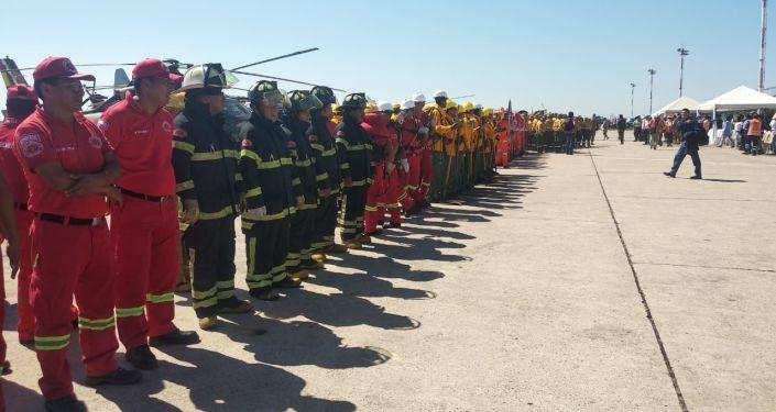 Los bomberos bolivianos de despidan del avión contraincendios ruso Il-76