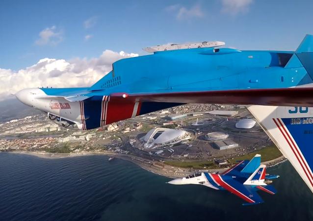 El grupo de acrobacias aéreas Rússkie Vítiazi sobrevuela el autódromo de Sochi