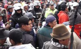 Así retienen los manifestantes ecuatorianos a un grupo de policías en medio de las protestas