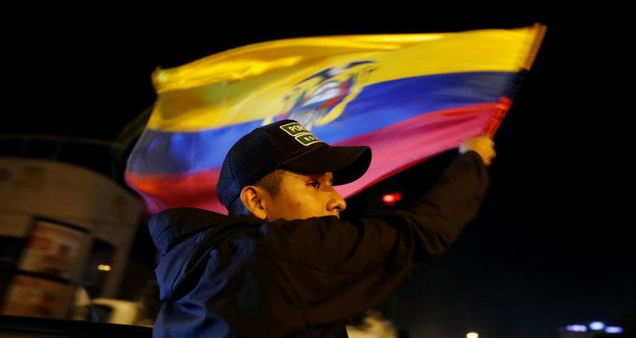Un manifestante con la candera de Ecuador