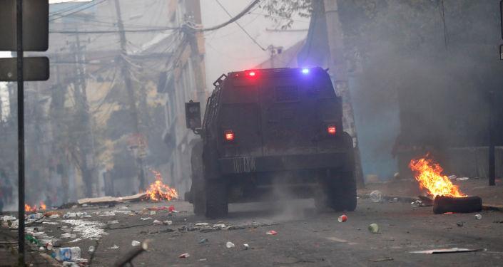 Un coche de la Policía durante las protestas en Ecuador