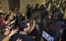 La Policía se enfrenta a los manifestantes en el aeropuerto de Barcelona y en Lleida