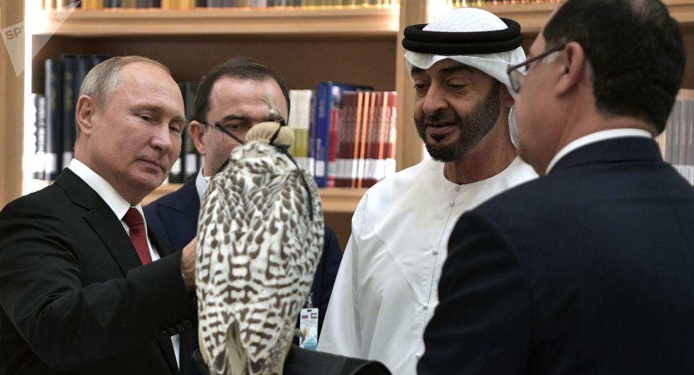 Vladímir Putin regala un halcón gerifalte blanco al príncipe heredero de Abu Dabi, Mohamed bin Zayed Nahyan