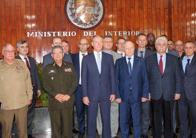 Nikolái Pátrushev con su delegción en la sede del Ministerio de Interior en La Habana, junto a los generales cubanos Alvaro López Miera,  y Julio C. Gandarilla