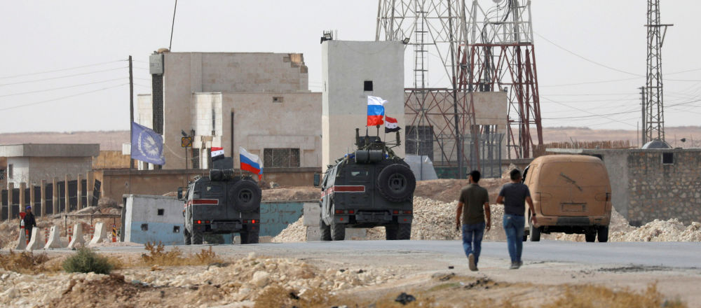 Las banderas de Rusia y Siria en vehículos militares en la ciudad de Manbij
