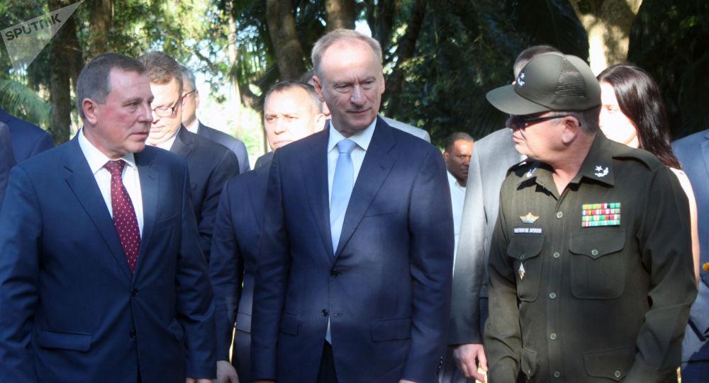 El embajador ruso en La Habana, Andréi Guskov, el secretario del Consejo de Seguridad de Rusia, Nikolái Pátrushev, y el general Álvaro López Miera, viceministro primero de las Fuerzas Armadas
