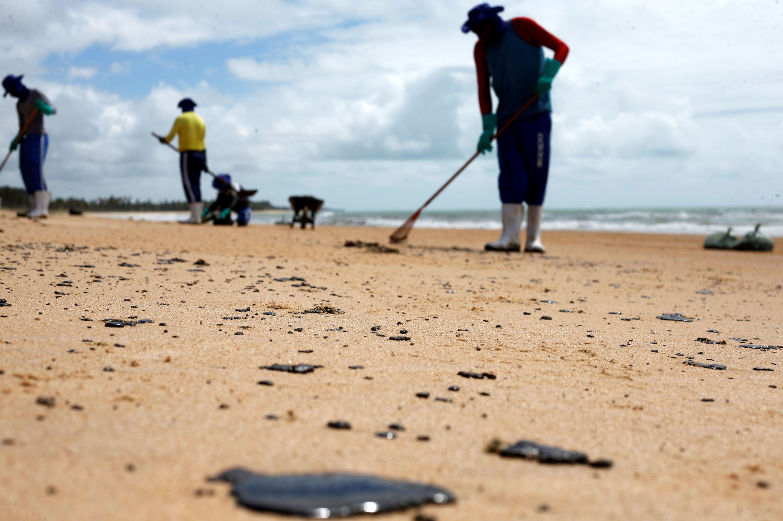 La gente limpia las playas de Alagoas, Brasil