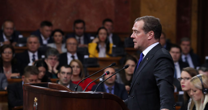 Eel primer ministro de Rusia, Dmitri Medvédev, ante la Asamblea Nacional (Parlamento) de Serbia