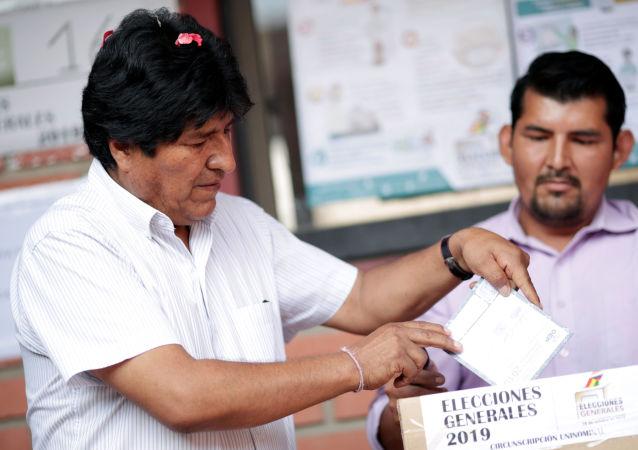 Evo Morales, presidente de Bolivia emite su voto en las elecciones generales