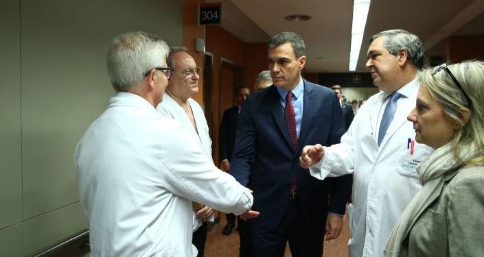 El presidente del Gobierno español en funciones, Pedro Sánchez, visita en Barcelona a los efectivos policiales heridos