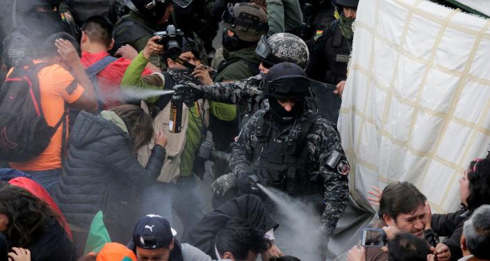 Enfrentamientos entre la policía y manifestantes en La Paz