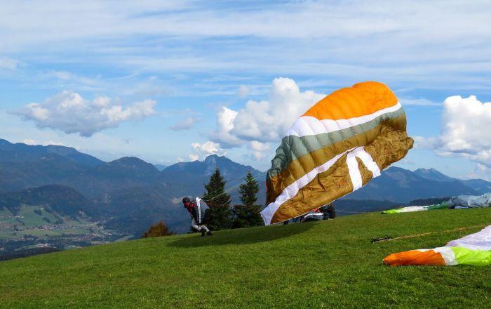 Un hombre con paracaídas