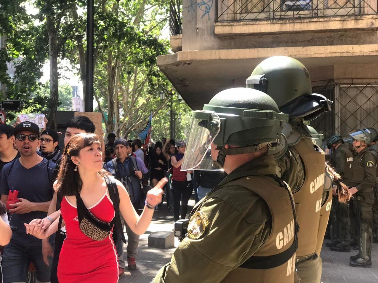 Santiaguinos le gritan a la policía durante el 6to día de marchas ciudadanas