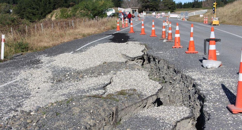 Una ruptura en la carretera tras un sismo