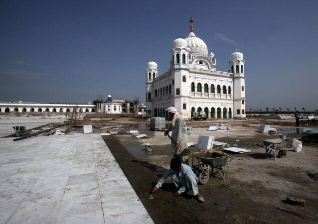El templo Darbar Sahib, ubicado en el territorio pakistaní