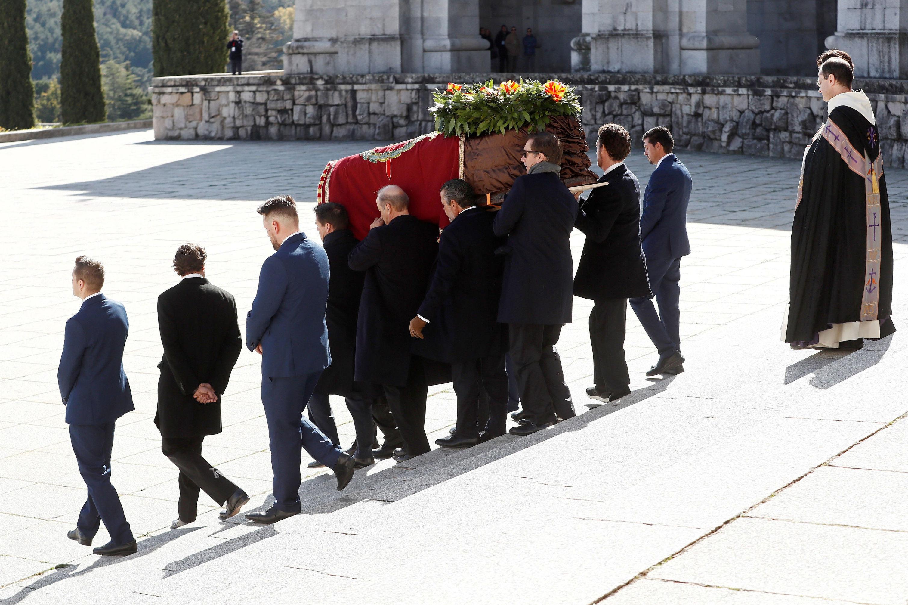 Familiares de Francisco Franco cargan el ataúd con los restos del dictador