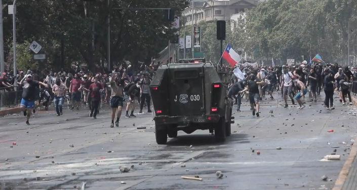 Otro episodio de violencia: los manifestantes se enfrentan a la Policía en Santiago de Chile