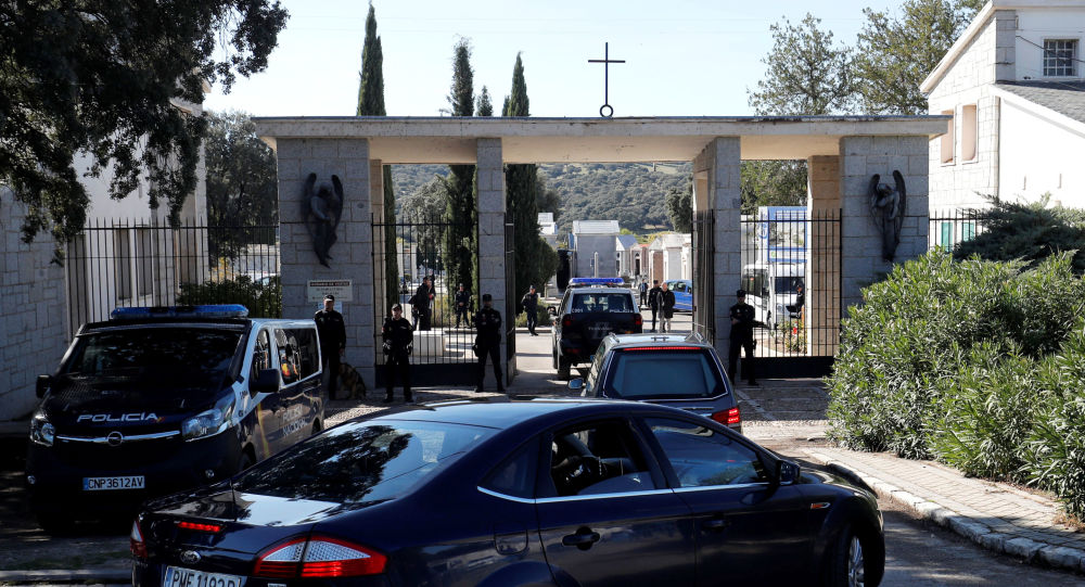 Los restos del dictador español Francisco Franco llegan al cementerio madrileño de Mingorrubio-El Pardo
