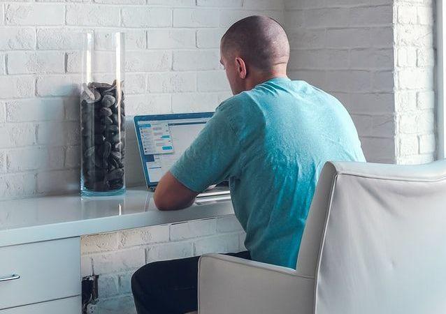 Un hombre trabajando