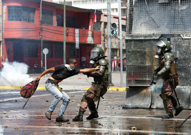 Militares reprimen manifestantes en Valparaíso, Chile