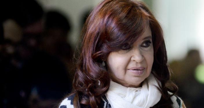 Cristina Fernández de Kirchner al llegar a su centro de votación en Río Gallegos
