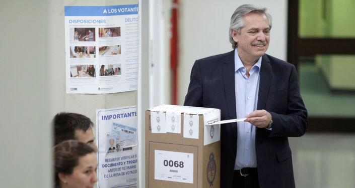 El candidato argentino Alberto Fernández votando en las elecciones argentinas