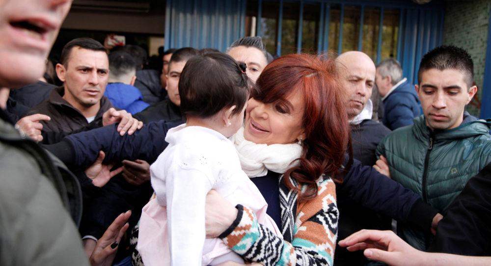 La candidata a la vicepresidencia argentina Cristina Fernández junto a una niña en Río Gallegos, Santa Cruz