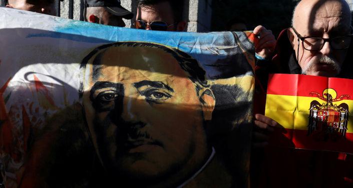 Manifestantes con una imagen de Francisco Franco y bandera de España