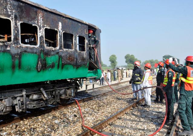 Incendio en un tren en Pakistán