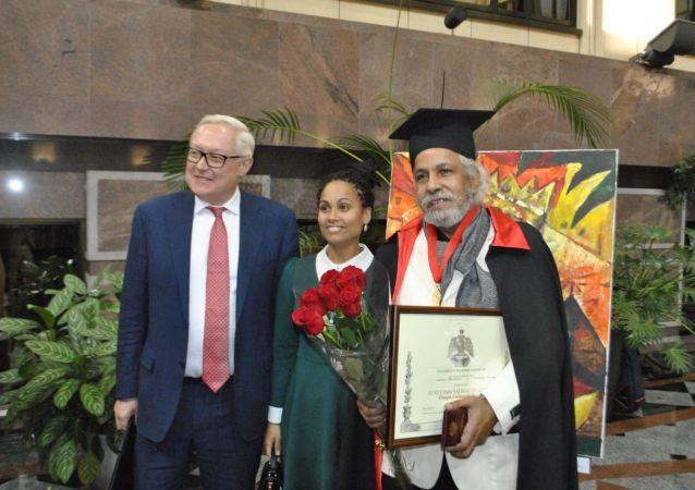 El viceministro de relaciones exteriores, Serguéi Riabkov junto al pintor cubano Omar Godínez
