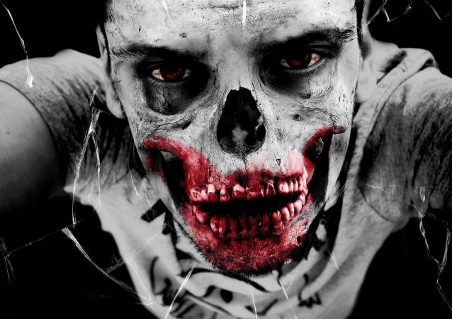 Un hombre maquillado como un zombie