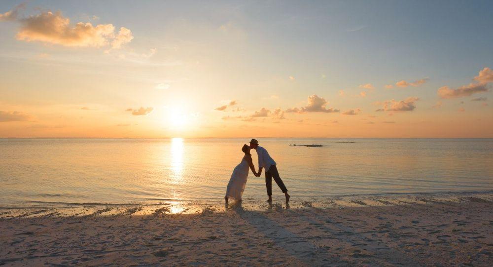 Una pareja en la playa, referencial
