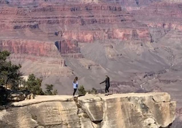 El espeluznante momento en el que una joven casi se cae del Gran Cañón por sacar una foto
