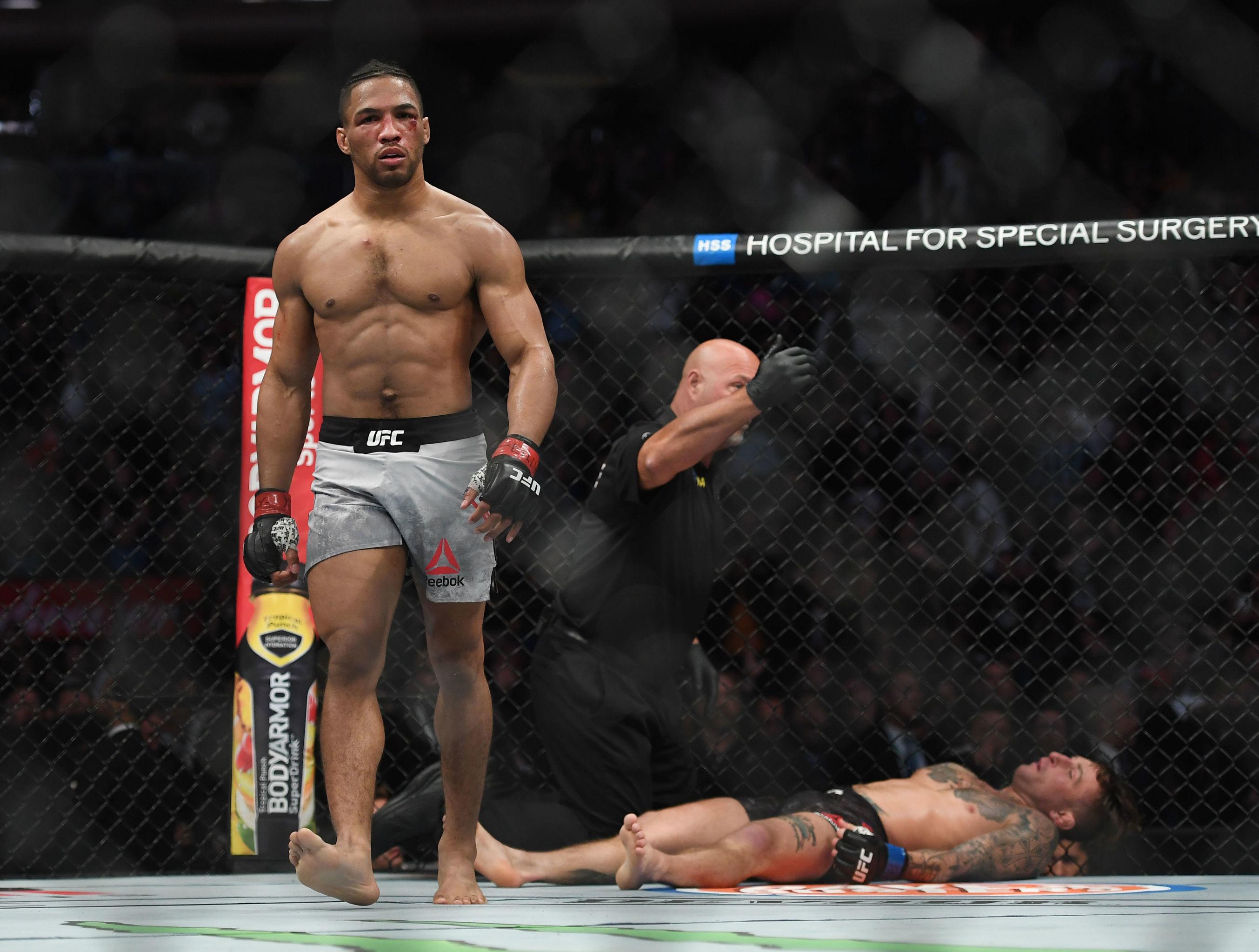 El luchador de MMA Kevin Lee noquea a su oponente Gregor Gillespie