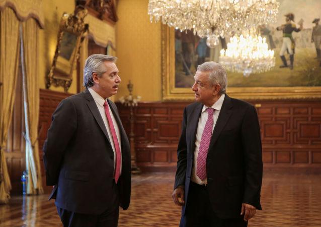 El presidente electo de Argentina, Alberto Fernández, junto al mandatario de México, Andrés Manuel López Obrador